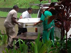 Transporte do caixão de criança morta afogada na Bahia (Foto: Imagens/ TV Bahia)
