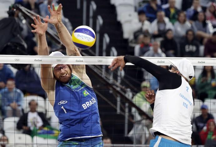 Alison Carambula vôlei de praia Olimpíada Rio (Foto: Marcio Jose Sanchez / AP)