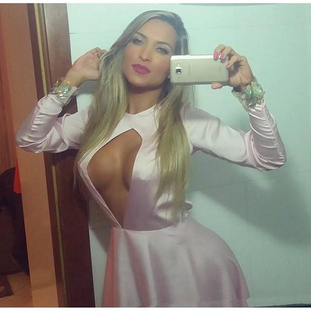 Dani Vieira posa para selfie com vestido decotado (Foto: Instagram/ Reprodução)