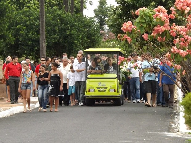 Amigos e familiares acompanham o enterro de Graziela (Foto: Marcos Lavezo/G1)
