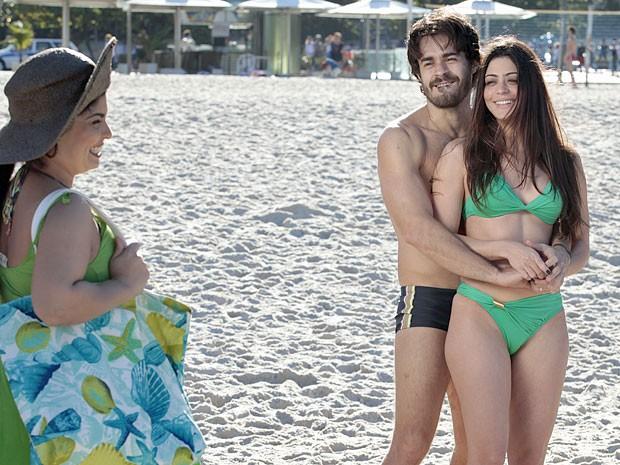 Tobias acaba aceitando que Jacira fique de biquíni (Foto: Amor Eterno Amor/TV Globo)