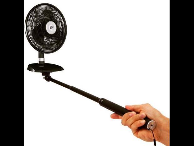 'Pau de selfie' vira 'pau de ventilador' em montagem que circula na internet (Foto: Reprodução)