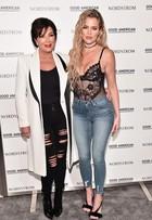 Khloe Kardashian usa body sexy em evento com a mãe, Kris Jenner