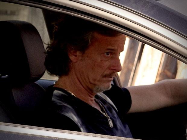 Max vai ao lixão pedir que o pai dê aquele susto na ex de Jorginho (Foto: Avenida Brasil/TV Globo)
