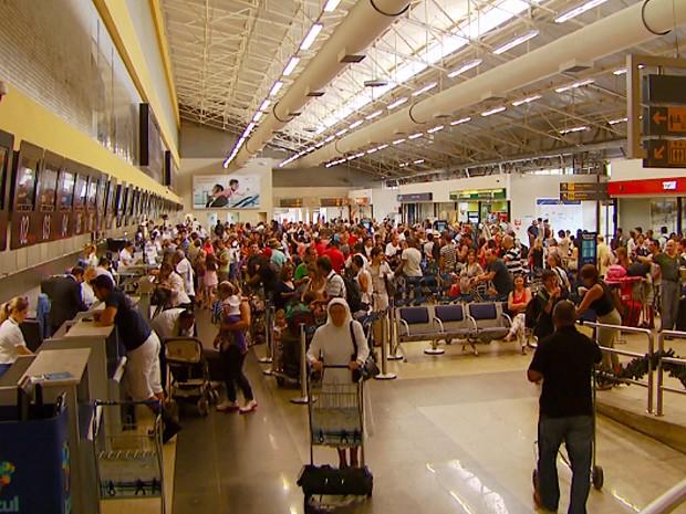 Movimento de passageiros no Aeroporto Internacional de Viracopos, em Campinas, no Natal (Foto: Reprodução EPTV)