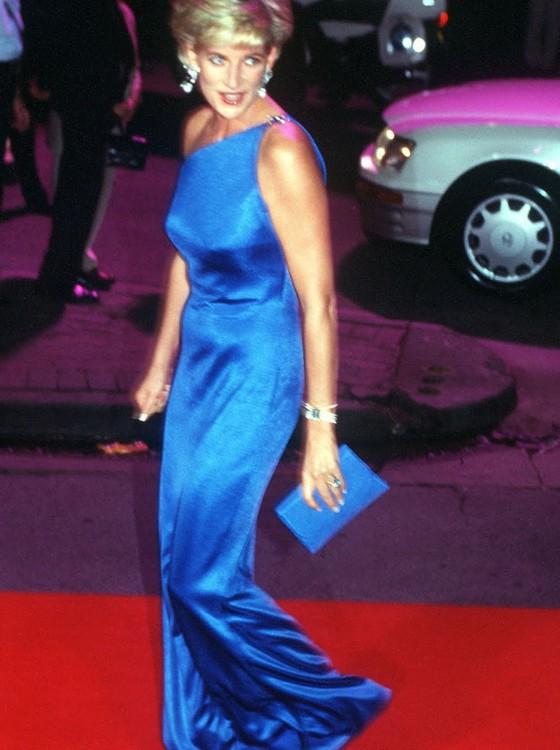 O longo e azul cobalto combinado com bolsa de mão e sapatos de mesma cor também faz parte da mostra (Foto: Reprodução)