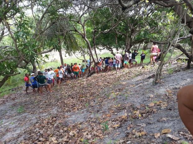 Familiares e amigos encontram corpo em imóvel onde caseiro desapareceu no litoral do RN (Foto: Kleber Teixeira/Inter TV Cabugi)