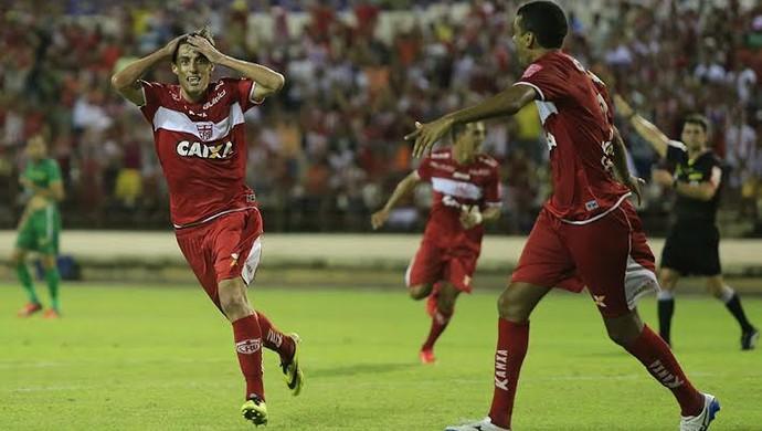 Clebinho acerta belo chute de fora da área e faz o terceiro do CRB (Foto: Ailton Cruz/ Gazeta de Alagoas)