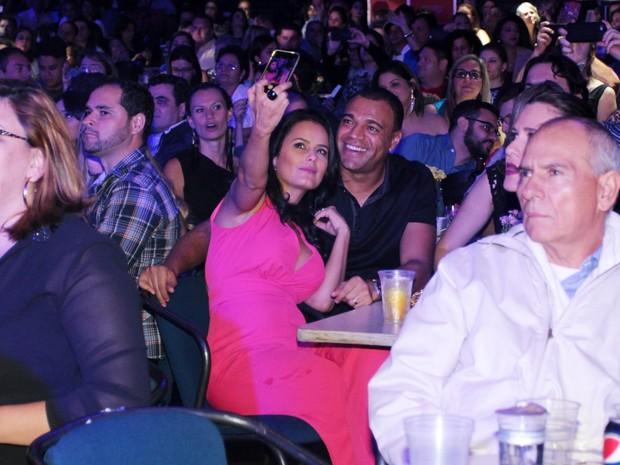 Luciele Di Camargo e Denílson em show em São Paulo (Foto: Ag. News)