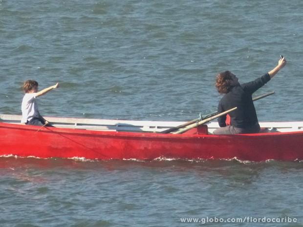 Alberto tira uma foto dele com Samuca em alto mar e manda para Ester (Foto: Flor do Caribe / TV Globo)