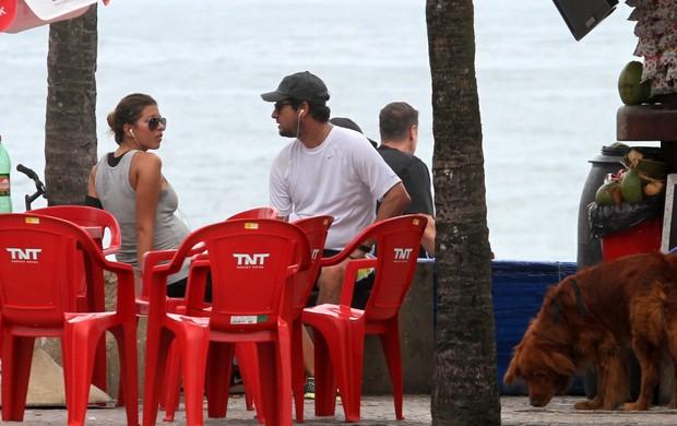 Marcelo Serrado e a mulher na orla de Ipanema (Foto: Wallace Barbosa / AgNews)