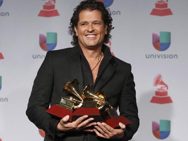 Carlos Vives mostra prêmios que ganhou no Grammy Latino 2013 (Foto: Reuters/Steve Marcus)