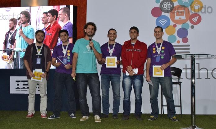 Grupo que ficou em terceiro lugar, com o Momento no Hackathon GLobo (Foto: Zingara Lofrano / TechTudo)