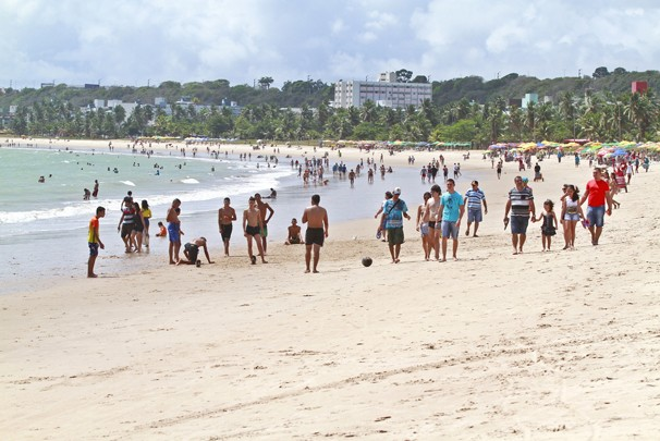 Equipes do Verão 2016 vão distribuir sacolas de lixo nas praias de Cabo Branco e Tambaú (Foto: Herbert Clemente/Jornal da Paraíba)