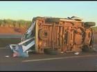 Motorista de ambulância morre após veículo capotar em rodovia de Pontal