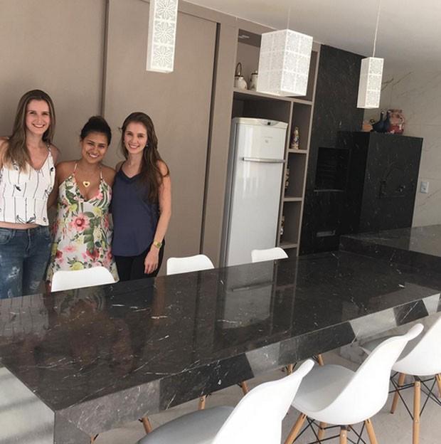 Simone exibe cozinha (Foto: Reprodução)