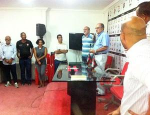 Presidente do Vitória faz homenagem aos funcionários (Foto: Divulgação/EC Vitória)