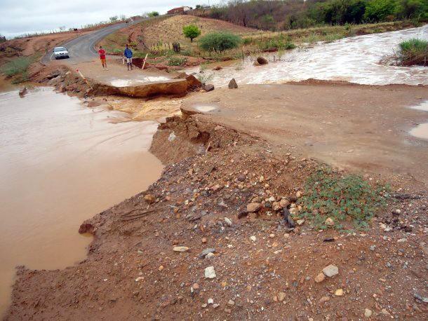 Volume de riacho deixou estrada interditada no município (Foto: Elias Neto/Arquivo Pessoal)
