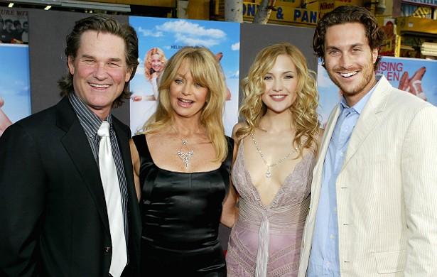 A atriz Goldie Hawn primeiro se casou com o ator Bill Hudson (único que não aparece nesta foto), com quem teve Kate e Oliver, e, desde 1983, vive com o também ator Kurt Russell. Os filhos dela, hoje atores, claro, consideram Kurt seu pai, o que certamente facilita as coisas. (Foto: Getty Images)