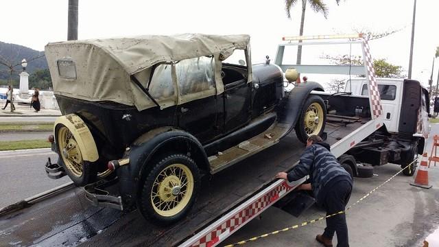 Carros são retirados da garagem de um clube em Santos (Foto: Alfredo Neto)
