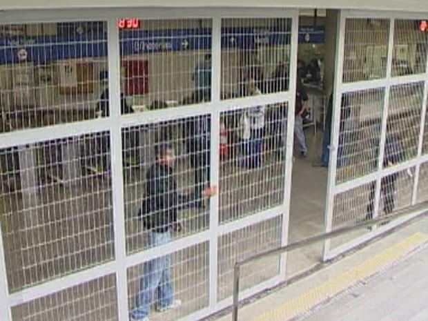 Funcionários do metrô fecham os portões depois de cumprirem escala mínima de trabalho (Foto: Reprodução TV Globo)