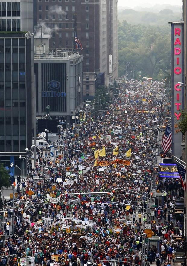 Milhares de pessoas participam da Marcha Popular pelo Clima caminhando pela Sexta Avenida em Nova York (Foto: Jason DeCrow/AP)