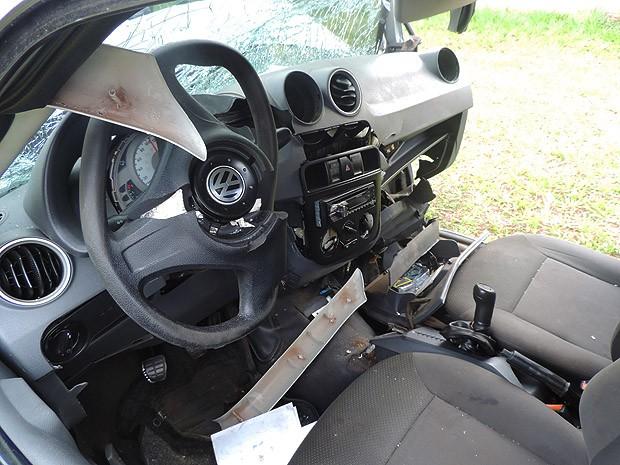 Parte frontal do veículo foi destruída após a colisão frontal (Foto: Wellington Roberto/G1)