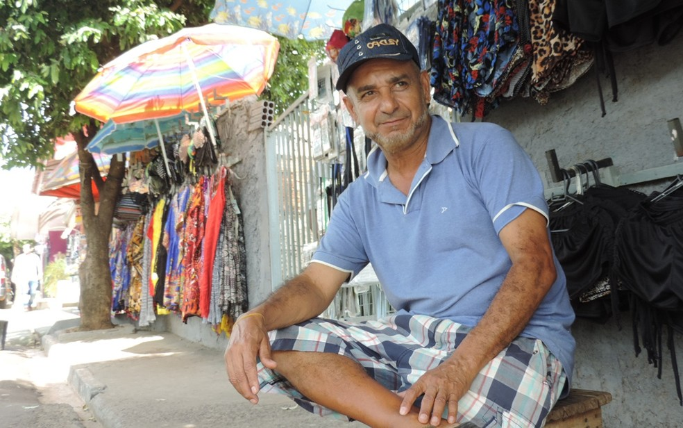 Augusto Franco vende artigos nas proximidades do parque (Foto: Renata Fernandes/G1)