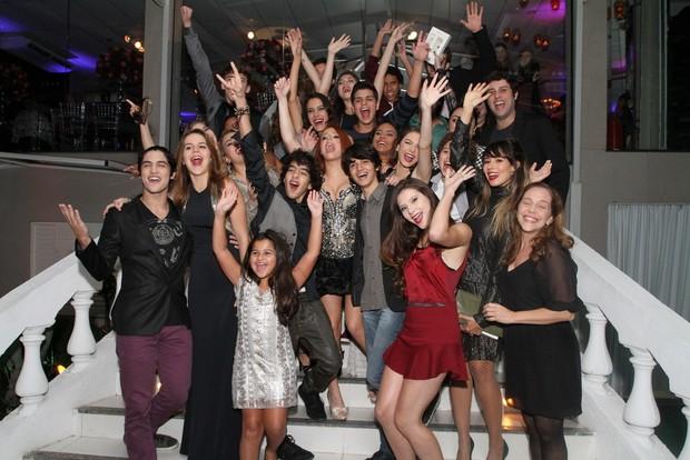 Bruna Griphao e os convidados de sua festa de 15 anos (Foto: Anderson Borde/AgNews)