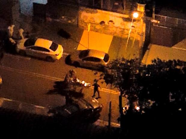 Sobrevivente é retirado da casa e socorrido após a chacina em Campinas (Foto: Reprodução / EPTV)