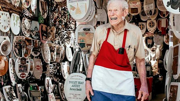 Barney Smith e as obras do Museu de Assentos de Vaso Sanitário (Foto: Reprodução/Josh Huskin)