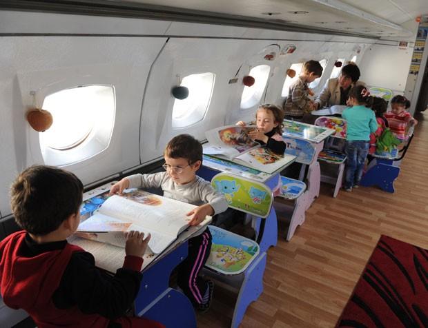 Interior do avião foi reformado e ganhou jogos e brinquedos. (Foto: Vano Shlamov/AFP)