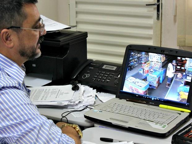 Delegado divulga imagens de assalto realizado a mercadinho na Zona Centro-Oeste de Manaus (Foto: Tiago Melo/G1 AM)
