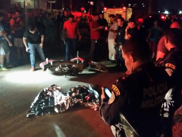 Policial militar ficou caído próximo a moto que era usada pelos assassinos (Foto: Toni Francis/G1)