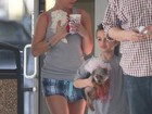 De shortinho, Britney Spears pega cãezinhos em veterinário com os filhos