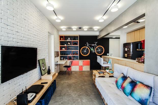 Apartamento pequeno colorido tem espa o at para bike for Fachadas para apartamentos pequenos