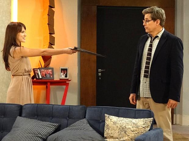 Carolina entrega a pasta cheia de recibos para Felipe (Foto: Guerra dos Sexos / TV Globo)