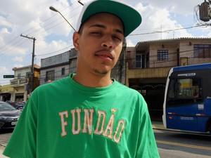 MC João, voz de 'Baile de favela', na Av. Conceição, na Zona Norte, onde fica a casa da produtora onde gravou a música (Foto: Rodrigo Ortega / G1)