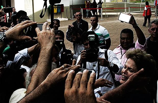ERA ROTINA Dilma é festejada em visita ao Acre. Com a crise, recepções amistosas assim não são mais uma certeza (Foto: Odairl Leal/Reuters)