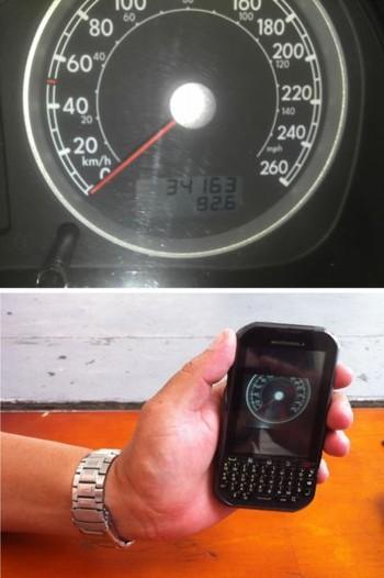 Foto (Foto: O ex-motorista mostra o celular com a foto que fez do painel do carro (Foto: Daniel Brunet).)