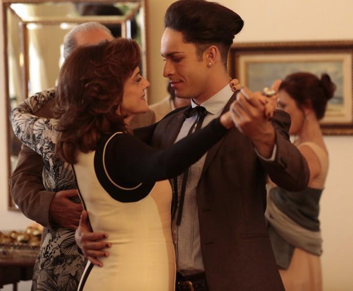 Visky e Fanny caem na dança (Foto: Felipe Monteiro/ Gshow)