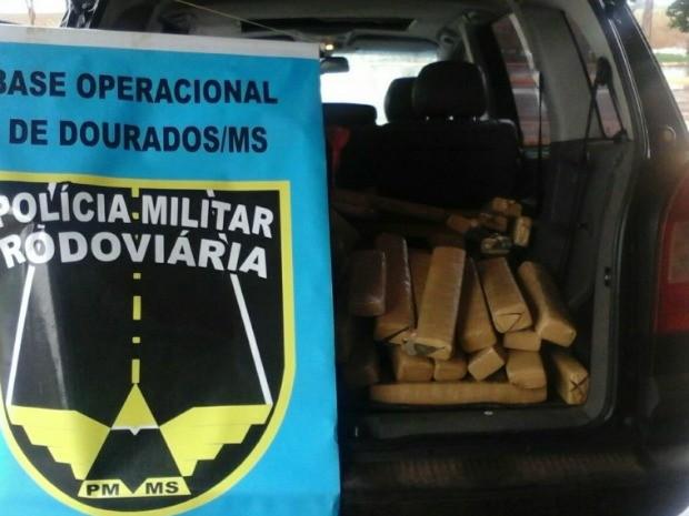 Pai e filho estavam em veículo com placas de Jaú para onde levariam produtos (Foto: Divulgação/ PMR)
