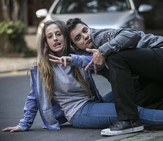 Bruna Griphao e Cadu Libonati se divertem nos bastidores da primeira cena de Carol e Murilo juntos (Foto: Raphael Dias/Gshow)