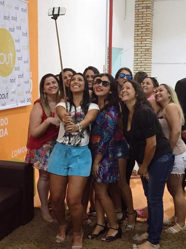 Amanda Djehdian, do BBB15, posa com fãs em shopping (Foto: Divulgação)