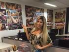 Ana Paula Minerato assina contrato com a 'Sexy' com vestido comportado