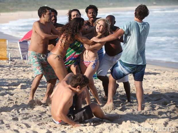 Megan faz barraco na praia (Foto: Pedro Curi/ TV Globo)