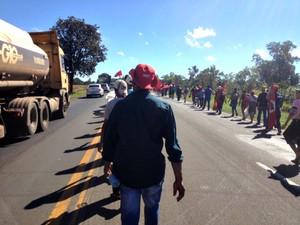Marcha em protesto por morte de índio deixa tráfego lento na BR-163 (Foto: Fabiano Arruda/ G1 MS)