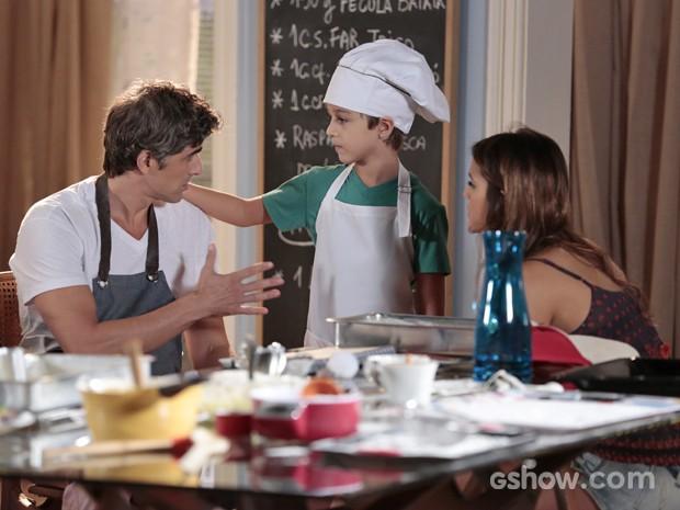 Cadu pede que Luiza e Ivan não contem para ninguém que ele passou mal (Foto: Felipe Monteiro/ TV Globo)
