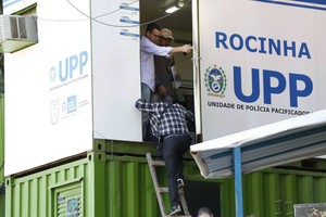 Polícia Civil faz perícia na Rocinha sobre a morte de Amarildo (Foto: Ana Branco / Agencia O Globo)