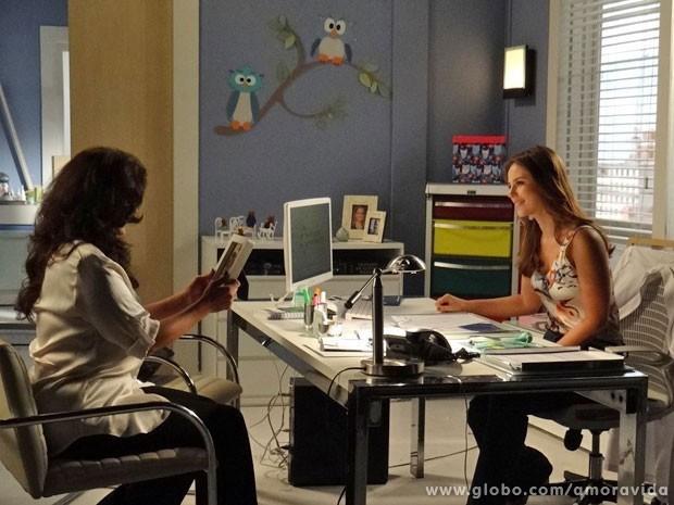 Paloma mostra foto de Paulinha para Mariah (Foto: Amor à Vida/TV Globo)